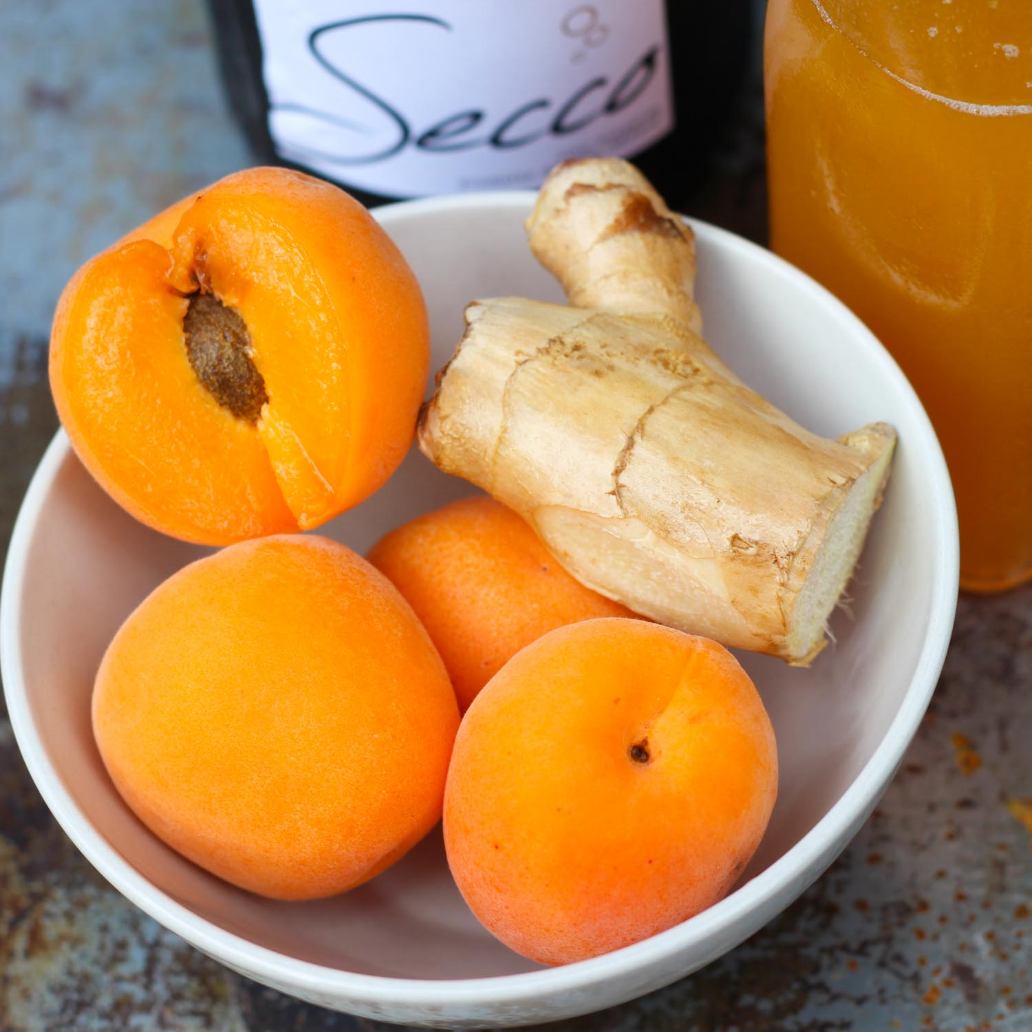 Apricot Ginger Bellinis - Replace your traditional mimoa wih this super EASY to make cocktail! platingsandpairings.com