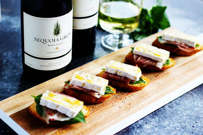 These Prosciutto, Brie & Honey Crostini make the perfect party appetizer that pairs with a variety of wines. | platingsandpairings.com