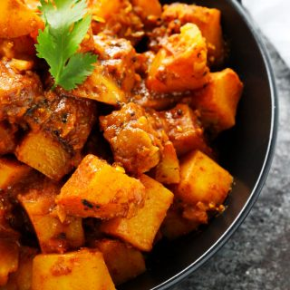 This Potato Vindaloo Curry recipe is a spicy Indian vegetarian dish that makes a quick and healthy lunch or dinner. | platingsandpairings.com