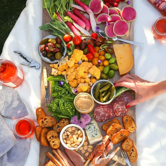 It's easy to host a Rosé wine party at home with these simple tips. Learn how to create a gorgeous charcuterie board with homemade rosé wine mustard that also doubles as a parting gift for your guests! | platingsandpairings.com
