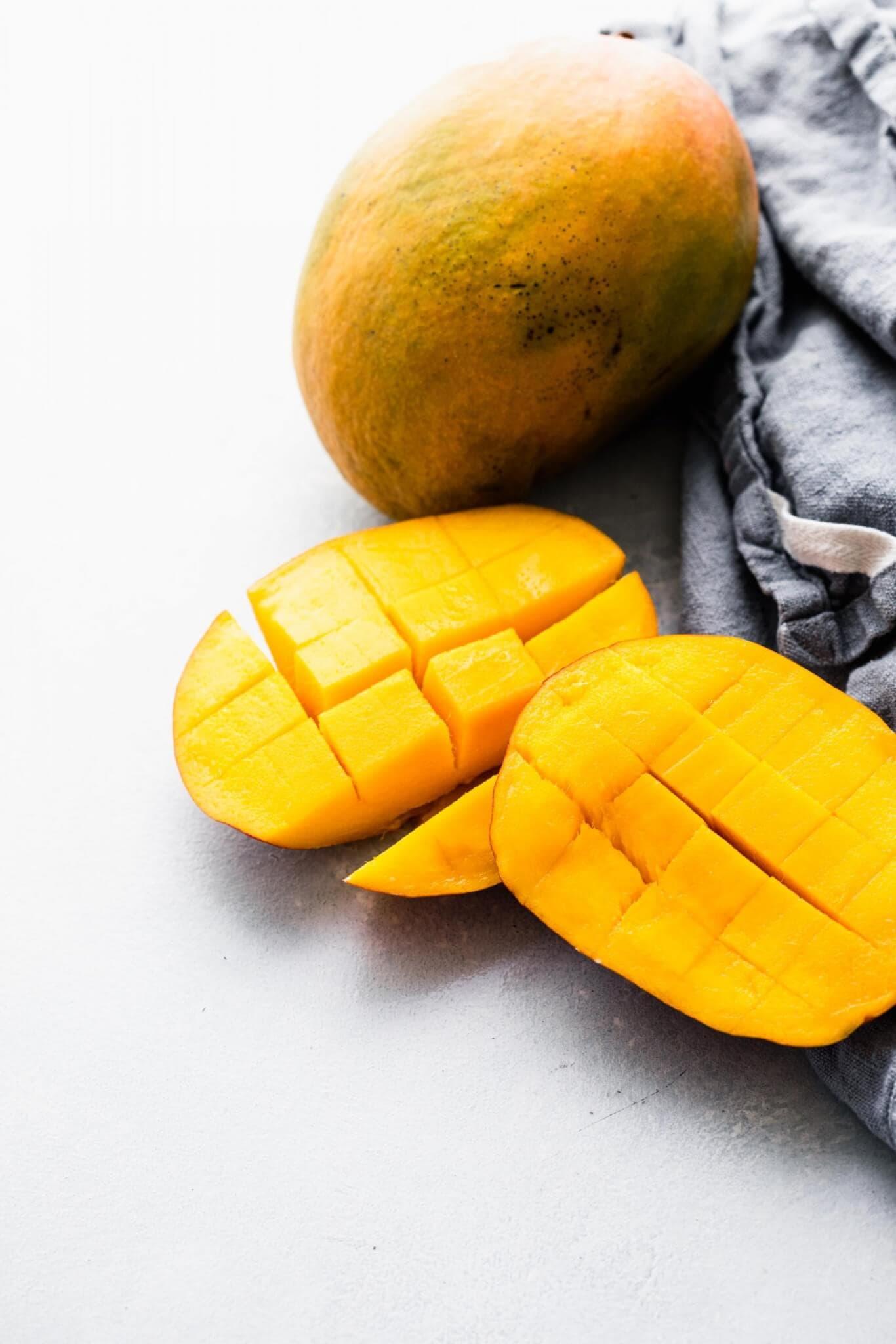 Cut up mangoes.