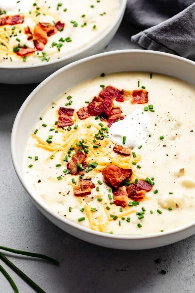 Страничен изглед отблизо на картофена супа.